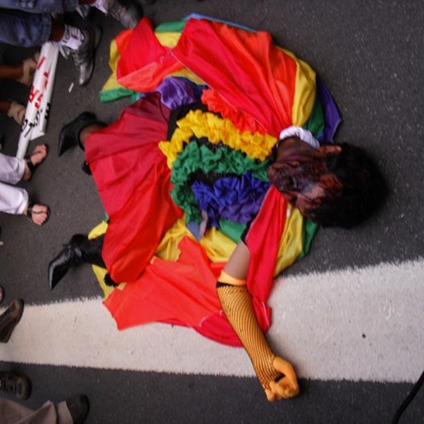 Militante faz ato simbólico em nome das travestis assassinadas no país (Vitor Angelo)