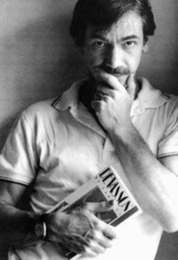 """João Silvério Trevisan com seu livro sobre a história da homossexualidade no Brasil, """"Devassos no Paraíso"""" (Divulgação)"""