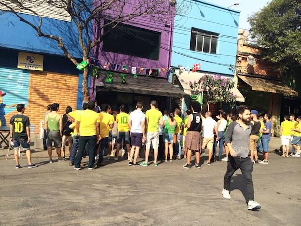Gays se reúnem na região da Frei Caneca, em São Paulo, para torcer pela seleção brasileira (Vitor Angelo)