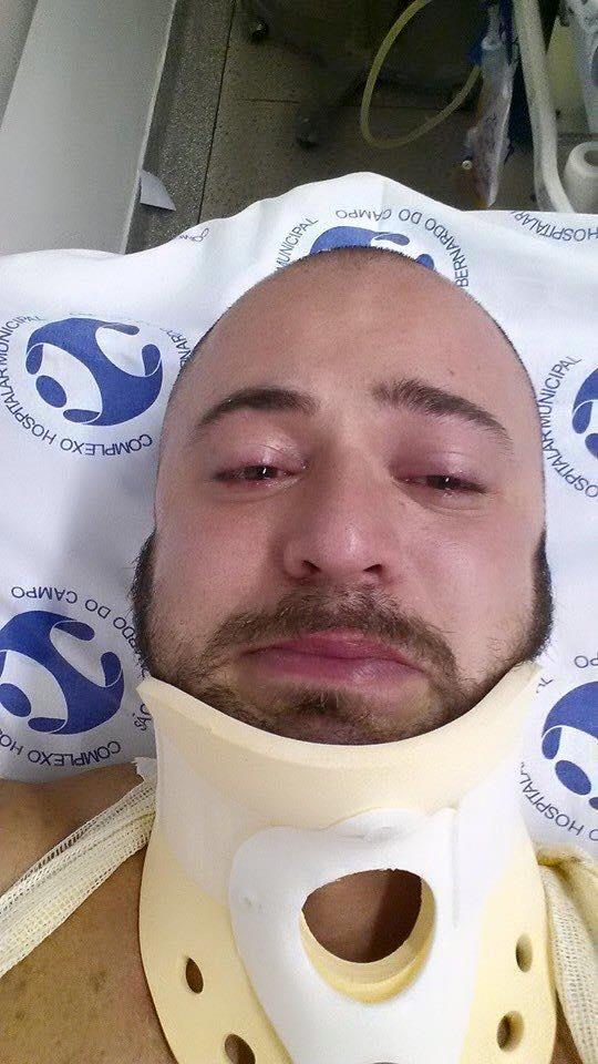 O engenheiro Rodrigo Miguel no hospital após ser apunhalado por seu vizinho  (Reprodução/Facebook)