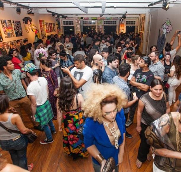Público na abertura da exposição com drags de Rafael Suriani (Reprodução/Instagram)