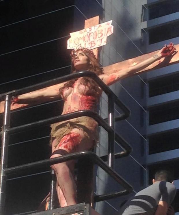 Momento polêmico: a transexual Viviany Beleboni crucificada (Reprodução/Facebook)