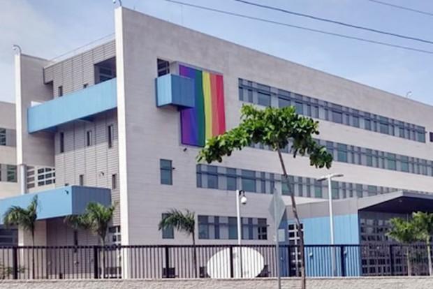 Embaixada dos Estados Unidos, em Santo Domingo, com a bandeira do arco-íris (Divulgação)